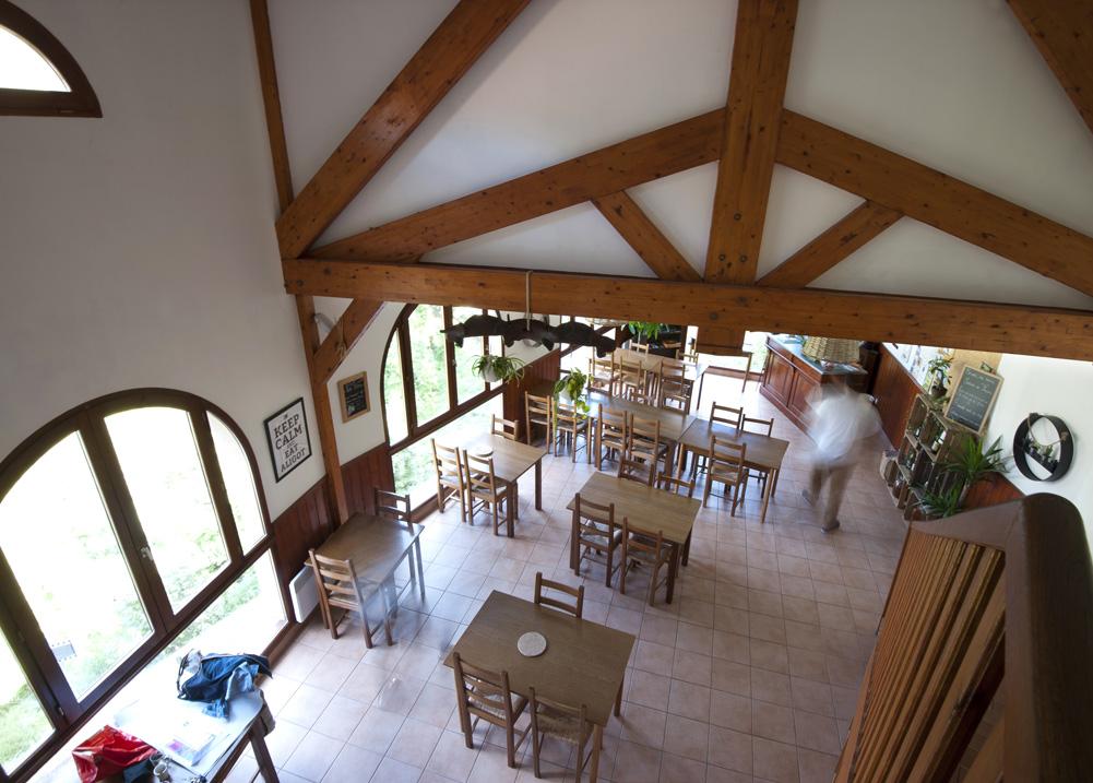 Gite Évolutions salle de restaurant vue panoramique spécialités locales